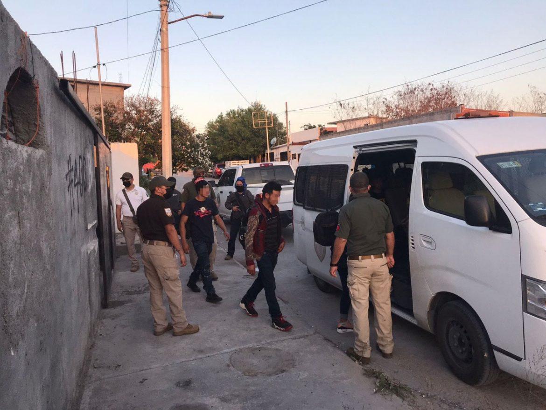 Rescatan a 25 migrantes