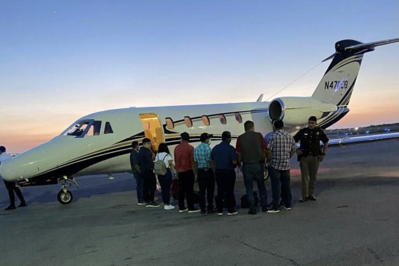 Iban indocumentados en jet privado
