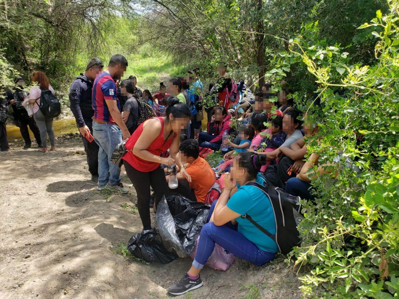 Rescatan a 111 migrantes; 56 son menores
