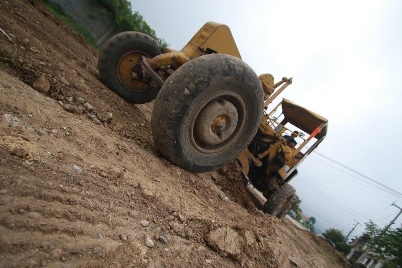 Realiza municipio rastreo y nivelación de calles de difícil acceso en Victoria